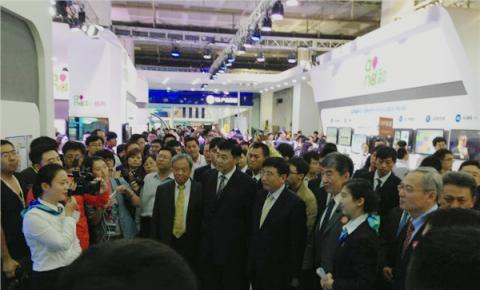 工信部部长等领导参观中移动展台,50余款最新4G智能机亮相