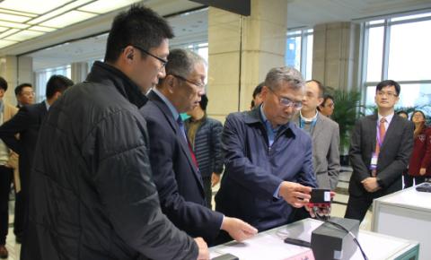 推荐:聚焦FGF2015,文化部项兆伦部长体验中国第一代安卓游戏主机-<font color=