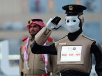 """迪拜招募最新""""机器警察"""",配面部识别技术及无人机"""
