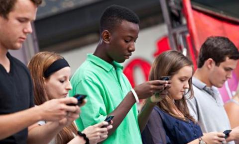 """手机短信诞生25周年:第一条短信是""""圣诞快乐"""""""