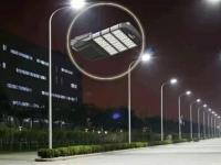 """一盏路灯搭载多项功能:""""聪明路灯""""照亮智慧城市"""