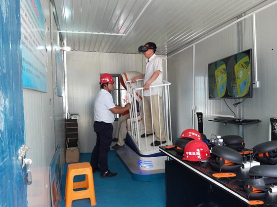 安全建设者戴上VR眼镜体验各种工程事故