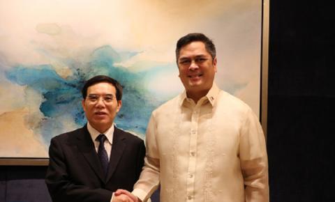 聂辰席会见菲律宾总统府新闻部部长马丁•安达纳尔